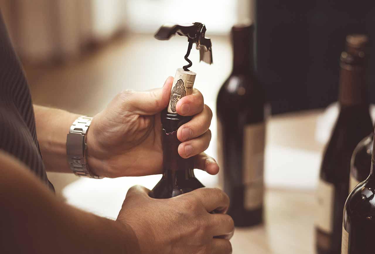 El enólogo decide compra de maquinaria, utillaje y tecnología. Lo necesario para que el vino tenga la máxima calidad posible.